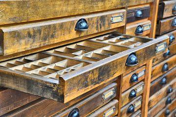 Schrank mit Lettern in einer Druckerei von Heiko Kueverling