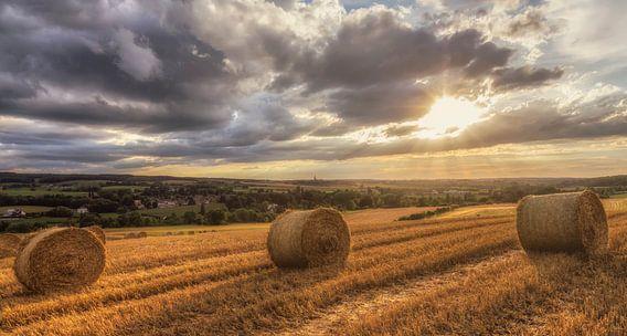 Zonsondergang  boven strobalen in Zuid-Limburg