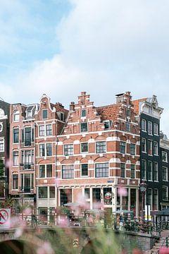 Die Stadt Amsterdam im Sommer || Grachtengürtel mit Häusern ||| Reisefotografie ist pastellfarben von Manon Galama