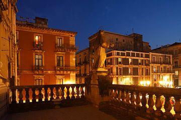 Häuser und Skulptur an der Piazza San Francesco d'Assisi bei Abendd�mmerung , Catania, Sizilien, Ita