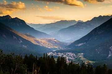 Die befestigte Stadt Briançon in den französischen Alpen im Abendlicht von Damien Franscoise