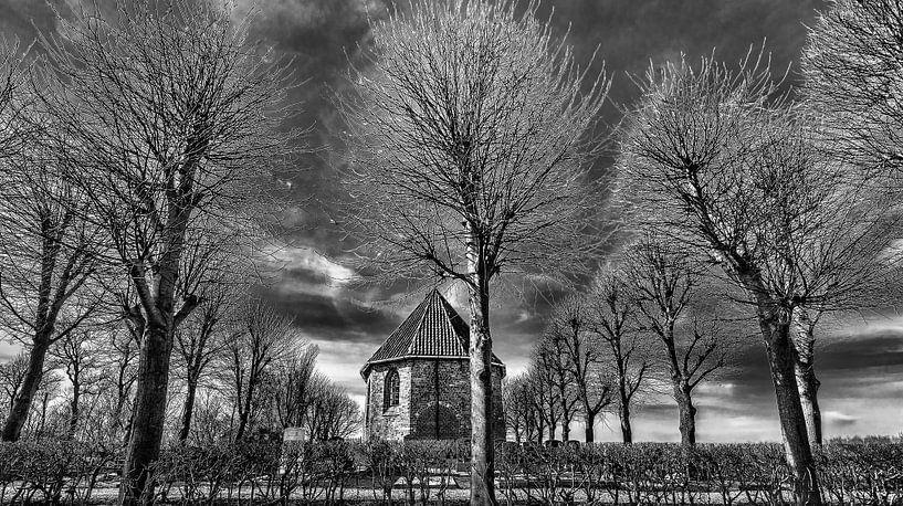Het kerkje van Jelsum op de terp  van Harrie Muis
