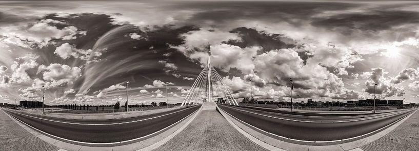 Panorama: Prinz Claus-Brücke, Utrecht mit bewölktem Himmel (schwarz und weiß) von John Verbruggen