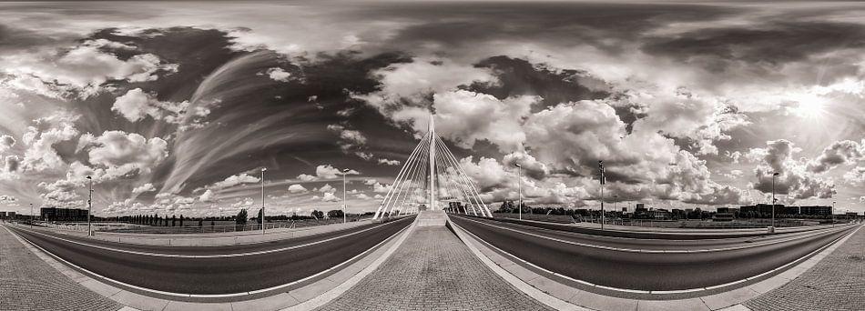 Panorama: Prins Clausbrug, Utrecht met wolkenlucht (Zwart-wit) van John Verbruggen