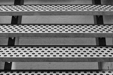 Die Stufen einer Stahltreppe von Klaartje Majoor