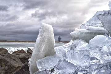 De ?Hurkende man verstopt achter bergen met ijsblokken van foto-fantasie foto-fantasie