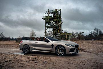 BMW M8 Competition Cabriolet beim Verlassen des Gebäudes von Jarno Lammers