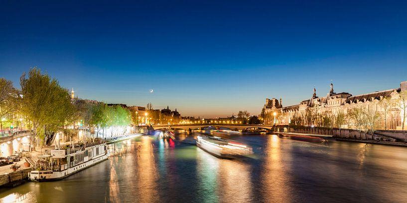 Excursion boats on Seine River in Paris at night van Werner Dieterich