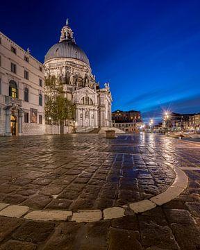 Venetië - Basilica di Santa Maria della Salute in het blauwe uur van Teun Ruijters