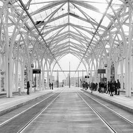 Łódź (lodz) Polen Piotrkowska Centrum tramstation in zwart wit van Marianne van der Zee