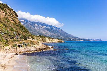 Landschap in Kefalonia Griekenland met kust zee strand en bergen van Ben Schonewille