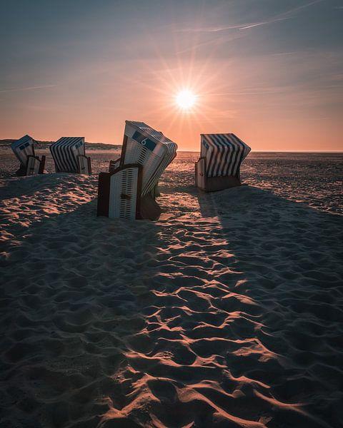 Strandstoelen bij zonsondergang van Steffen Peters