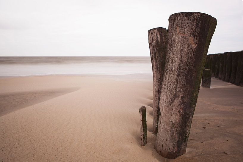 Poles on the beach sur Leo van Valkenburg