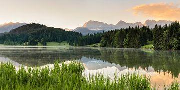 Karwendelgebirge spiegelt sich im Geroldsee bei Sonnenaufgang, Bayern, Deutschland von Markus Lange