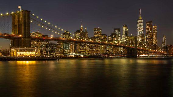 New York, Brooklyn Bridge bij nacht, de verbinding tussen Brooklyn en Lower Manhattan over de East R van Michael Kuijl