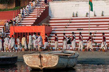India: Ochtendceremonie aan de Ganges (Varanasi) van Maarten Verhees