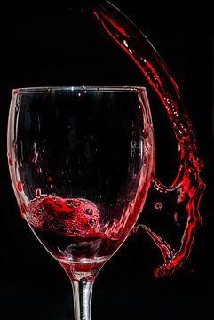 Rode wijn dat in en naast het glas splasht van Natasja Bittner