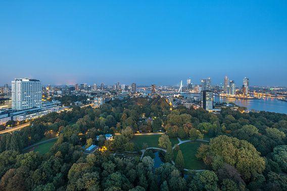 Het stadsgezicht vanaf de Euromast in Rotterdam tijdens het blauw uurtje