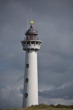 Leuchtturm gegen einen bedrohlichen Himmel. von Jurjen Jan Snikkenburg