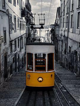 Gele tram Lissabon, zwart wit van Nynke Altenburg