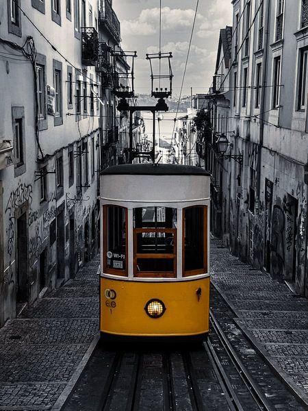 Gelbe Straßenbahn Lissabon, schwarz und weiß von Nynke Altenburg