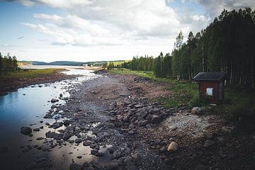 Zweedse natuur met de bekende rode gebouwen van Geke Woudstra