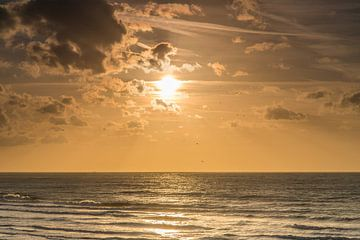 Zonsondergang aan de kust van