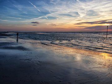 Wandelaar aan zee tijdens zonsondergang in Kijkduin, Den Haag von Esther van Lottum-Heringa