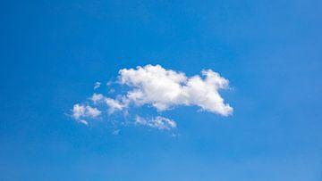Enkele wolk in het middaglicht van Percy's fotografie