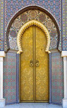 Koperen deur van het koninklijk paleis in Fes, Marokko van Rietje Bulthuis