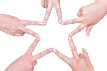 Handen van meisjes maken vijfpuntige ster van