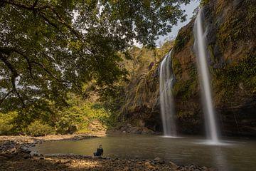 Tôt le matin à la cascade de Sodong dans le Géoparc de Ciletuh, Java Ouest sur Anges van der Logt