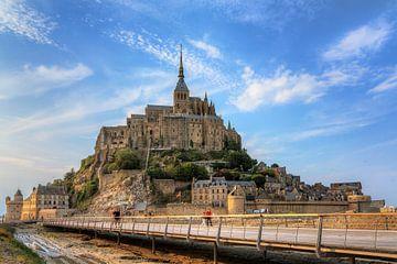 Mont Saint-Michel met blauwe lucht von Dennis van de Water