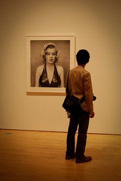 Marilyn Monroe en mijmerende man van Cathy Janssens