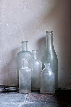 Stilleven met oude flessen en tinnen lepel van Affect Fotografie