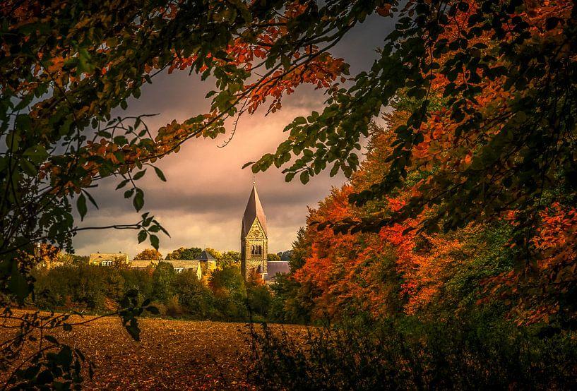 Kerk Gulpen omgeven door herfstkleuren van John Kreukniet