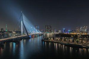De Erasmusbrug in Rotterdam met zicht op de Euromast