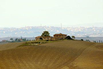 Toscaanse boerderij met de stad Siena op de achtergrond van Nannie van der Wal