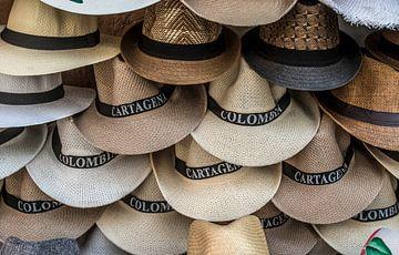 Witte Panama hoeden te koop op een markt in Colombia, Zuid-Amerika van WorldWidePhotoWeb