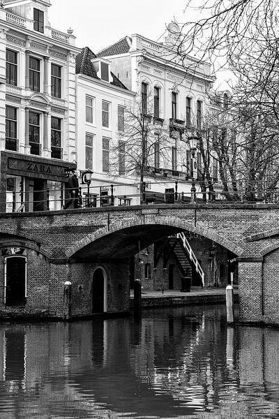 De Bezembrug over de Oudegracht in Utrecht in zwart-wit
