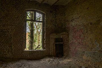 Kamin neben offenem Fenster von Ans Bastiaanssen