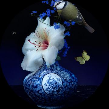 """""""Royal Respect"""" Bloemstilleven met  Delfst blauwe kunst van Sander Van Laar"""