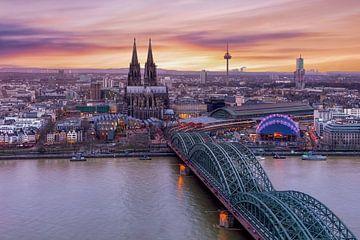 De skyline van Keulen tijdens de zonsondergang van Dennisart Fotografie