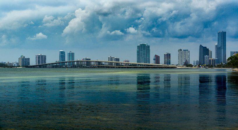 Moody Miami Brickell and Biscayne Bridge van Mark den Hartog
