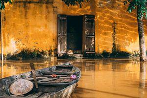 Vietnamese vissersboot in oranje straat Hoi An van Eveline Dekkers