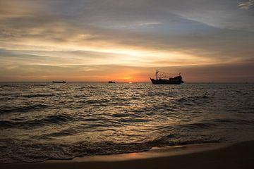 Zonsondergang aan het strand in Vietnam van Anne Zwagers