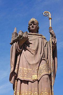 Sculpture du fondateur de la ville, l'archevêque St. Ansgar, Comfort Bridge, Hambourg, Allemagne sur Torsten Krüger
