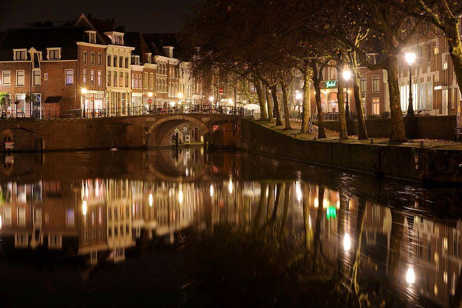 Oudegracht met Zandbrug en Nieuwekade in Utrecht van Donker Utrecht