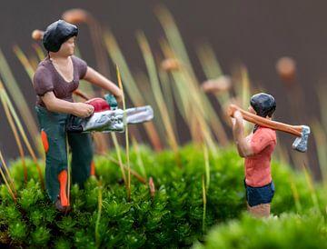 Miniaturen beim Hacken und Sägen zwischen dem Moos von J..M de Jong-Jansen