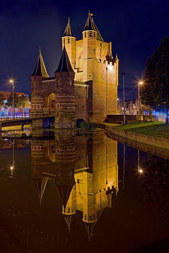 Nachtfoto Amsterdamse Poort te Haarlem van Anton de Zeeuw